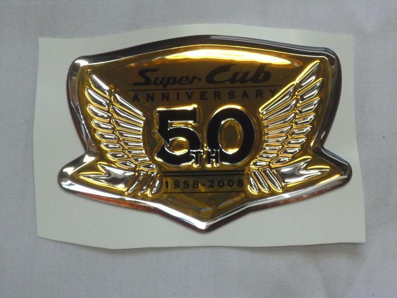 画像1: 【ホンダ純正】 スーパーカブ生誕50周年限定車用 サイドカバーゴールドエンブレム (1)